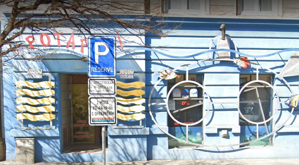 parkovací místo před prodejnou